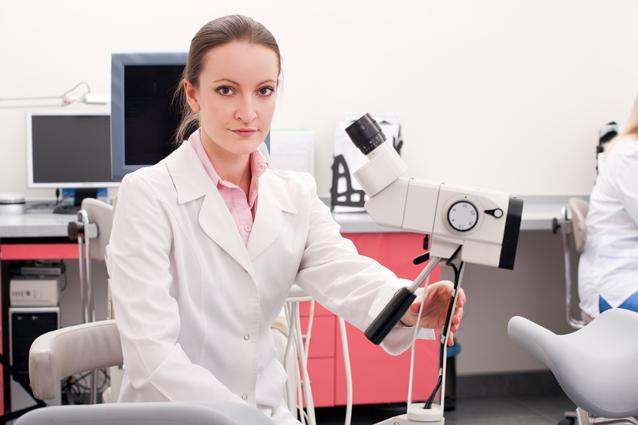 zhenshina-urolog-osmatrivaet-muzhchinu-foto-video